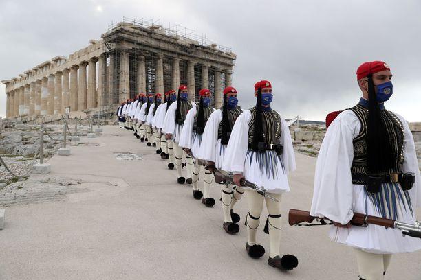 Presidentillisen vartiokaartin vartijoita Parthenonin temppelin edustalla Akropolis-kukkulalla Ateenassa.