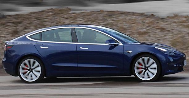 Tesla on ilmoittanut, että tietynikäisissä Model 3-malleissa takapuskurin irtoaminen kuuluu takuun korvattavaksi.