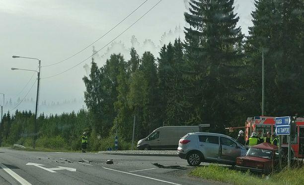 Tampereen suunnasta tullut henkilöauto törmäsi miehen autoon Valtakadun ja Vaasantien risteyksessä.