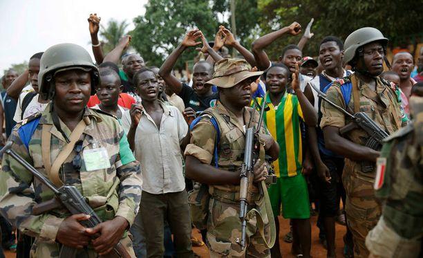 Rauhanturvaajat auttavat paikallisväestön evakuoimisessa.