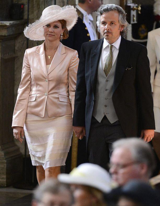 Norjan prinsessa Märtha Louise saapui kirkkoon näyttävässä hatussa.