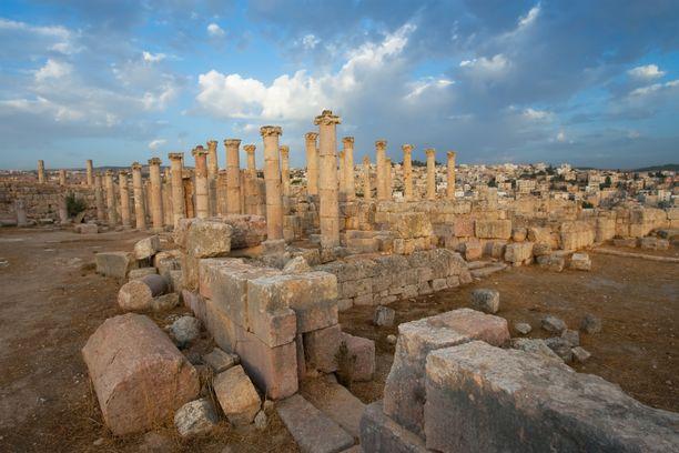 Jerashiin tullaan katsomaan Antiikin Rooman aikaisia raunioita.