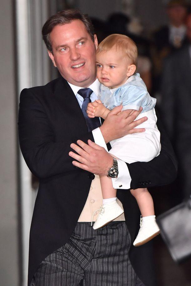 Chris O`Neill huolehti pian vuoden täyttävästä prinssi Nicolasista.