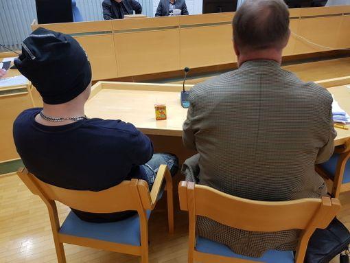 Tatuoitu mies nousi oikeudessa paikaltaan ilman lupaa. Vangitsemisistunnossa hän löi poliisia ja sai syytteet pahoinpitelystäkin.