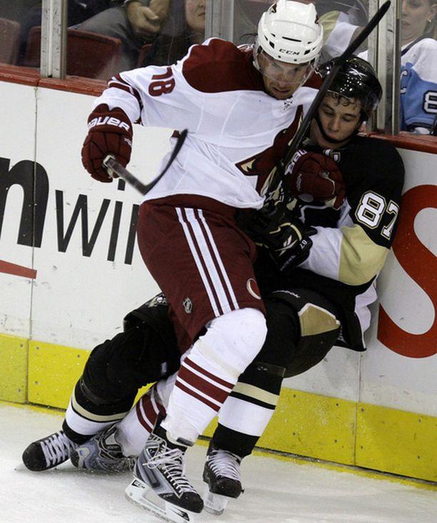 Sami Lepistö esitteli taklaustaitojaan. Uhrina Sidney Crosby.