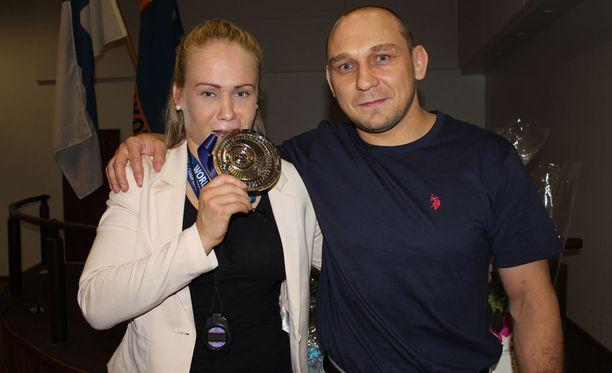Petra Olli ja valmentaja Ahto Raska saivat ansaitsemansa kekkerit.