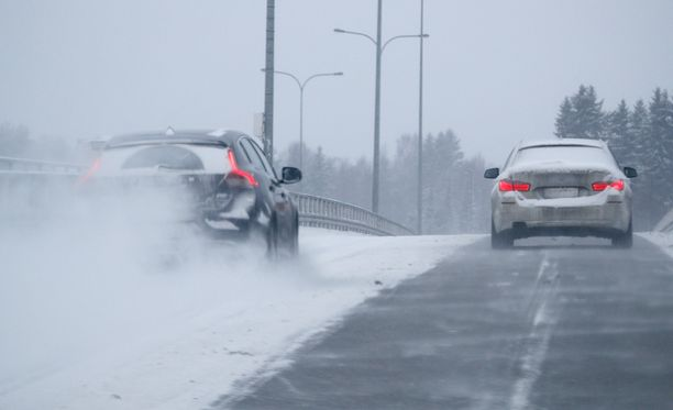 Ilmatieteen laitoksen mukaan maanantain aamuliikenne pitäisi sään puolesta sujua normaalisti, mutta illalla Keski-Suomessa on kelivaroitus runsaan lumisateen takia.