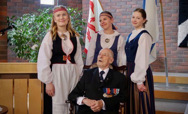 Sotaveteraani Markus Aaltonen täytti 100 vuotta ja sai monta halausta.
