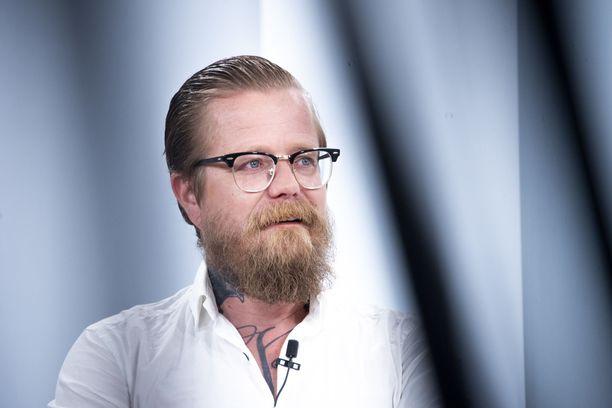 Wallu Valpio muistelee Sensuroimaton Päivärinta -ohjelmassa julkkisten joukko-orgioita.