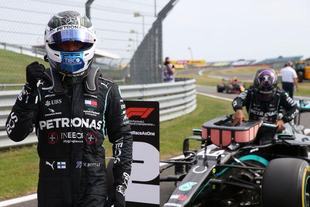 Valtteri Bottas tuuletti kauden toista paalupaikkaansa Silverstonessa. Lewis Hamilton joutui taipumaan niukasti.