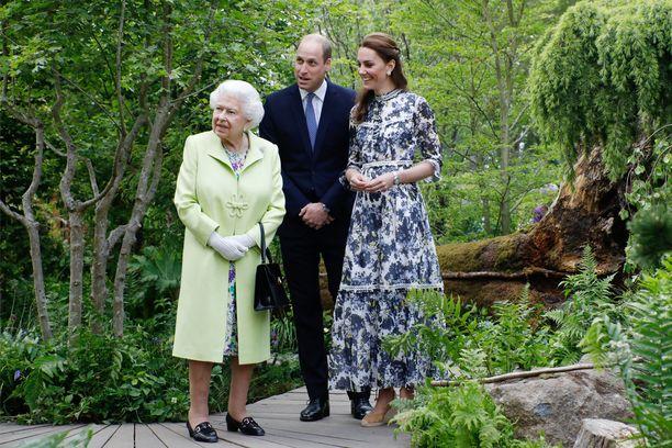 Herttuatar Catherine esitteli puolisonsa isoäidille puutarhaa.