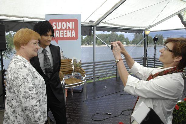 Kuvassa Jyrki69 poseeraa Tarha Halosen vierellä Porin Suomi Areenassa vuonna 2008.