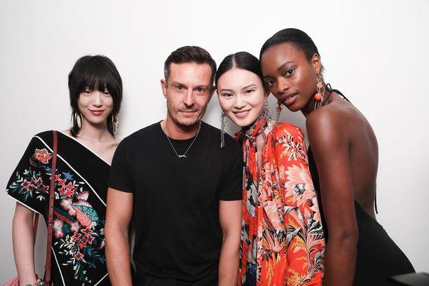 Jonathan Saunders mallien kanssa backstagella Diane Von Furstenbergin kevät-kesä 2018 -malliston esittelyssä.