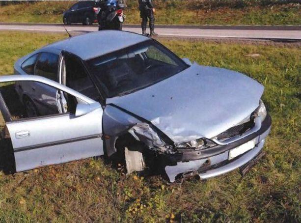 Opel kärsi pahat vauriot törmäyksessä.