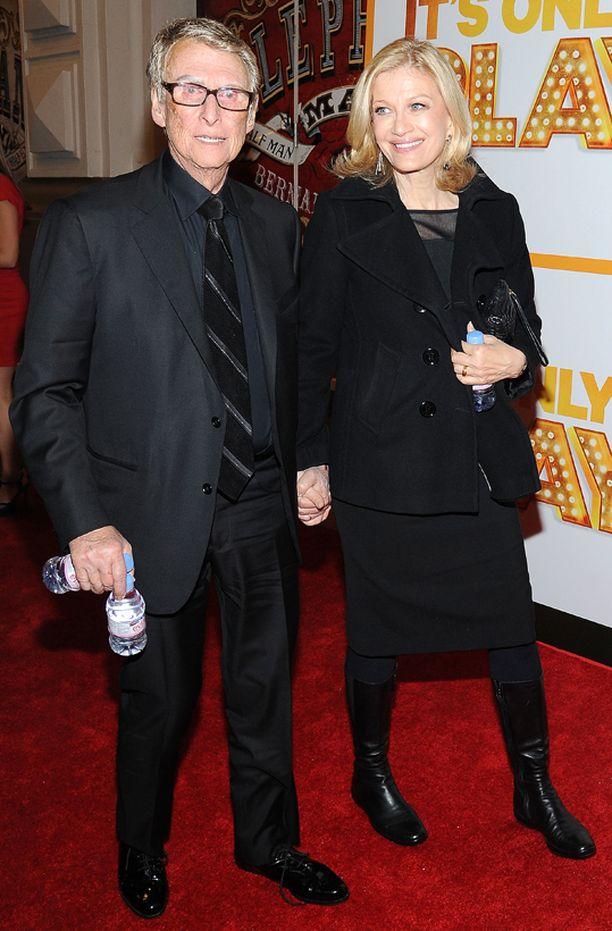 Mike Nichols edusti punaisella matolla vielä lokakuussa. Vierellä vaimo Diane Sawyer.