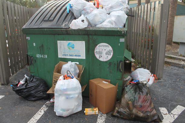 Kerrostaloalueilla ei ole kierrätysastioita, vaan pullot, tölkit, pahvit ja ruuantähteet menevät samaan roskikseen.