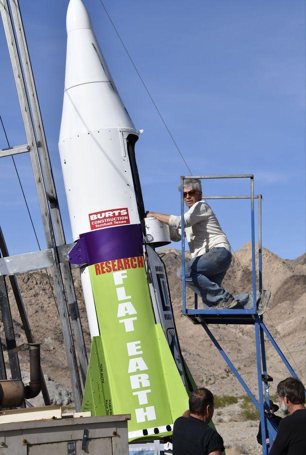 """Yksi Flat Earth -liikkeen näkyvimpiä hahmoja on """"Mad Mike"""" Hughes, joka yritti viime vuonna todistaa maan litteyden omatekoisen raketin avulla useammankin kerran."""