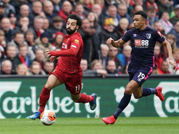 Liverpoolilla ja Mohamed Salah on valioliigamestaruus hyppysissä. Kuvassa Salahin menoa seuraa Bournemouthin Junior Stanislas.