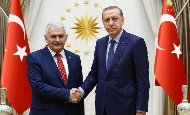 Turkin tuleva pääministeri Binali Yildirim (vas.) yhteiskuvassa Turkin presidentti Recep Tayyip Erdoganin kanssa.