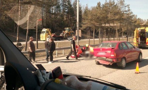 Silminnäkijöiden mukaan moottoripyörän kuljettaja ajoi kovalla ylinopeudella henkilöauton perään.