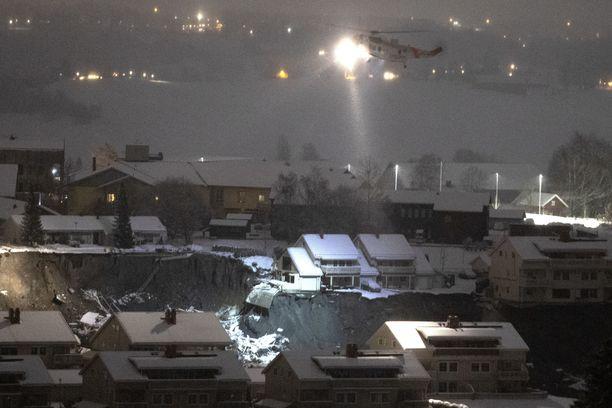 Helikopteri kierteli vyörypaikan yllä Gjerdrumin kunnassa aikaisin torstaina.