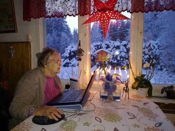 Elina Kämäräinen, 98, pitää sosiaalisessa mediassa päivittäin yhteyttä jälkeläisiinsä ja ystäviinsä.