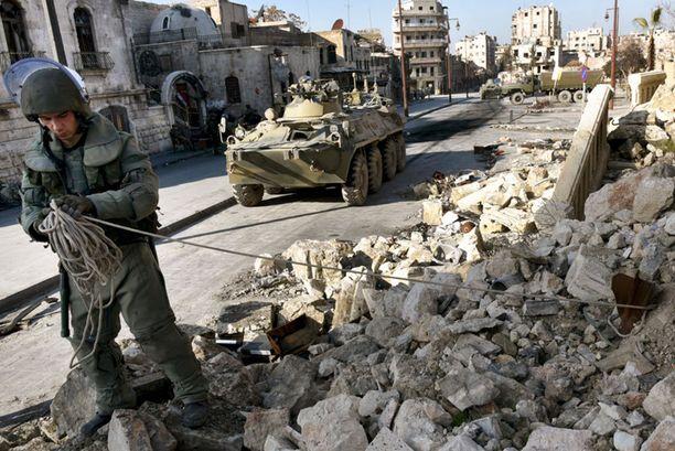 Venäjän joukot etsivät miinoja Alepposta.