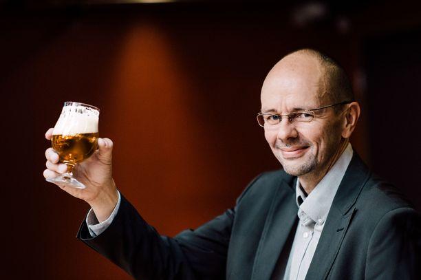 Tapio Kangas-Heiska nauraa, ettei ole vielä kyllästynyt puhumaan oluesta saatikka sen juomiseen.