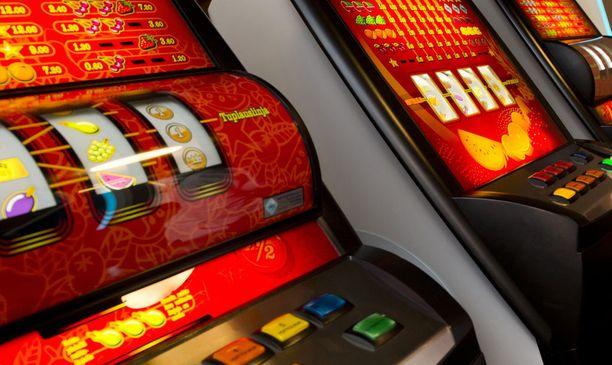 Lain mukaan rahapelien ostoikäraja on 18 vuotta. Päivittäistavarakauppa ry:n ohjeistuksen mukaan ikä tulisi tarkistaa kaikilta alle 23-vuotiailta vaikuttavilta henkilöiltä.