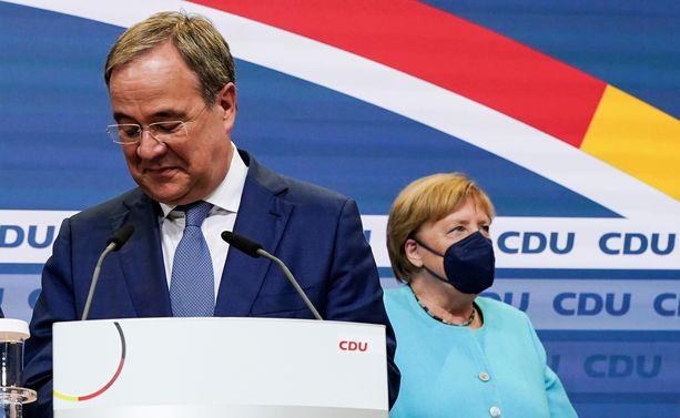 Angela Merkelin pitkä liittokanslerikausi päättyi kristillisdemokraattisen CDU-puolueen mahalaskuun. Etualalla kansleriehdokas Armin Laschet.