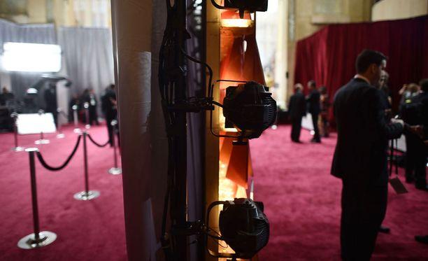 Seinä erottaa Oscarien paraati- ja takatilat.