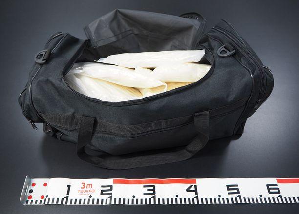 Urheilukassista löytyi yli 10 kiloa metamfetamiinia.