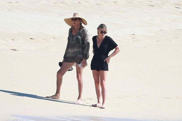 Caitlyn Jenner kuvattiin uimarannalla naisseuralaisen kanssa.