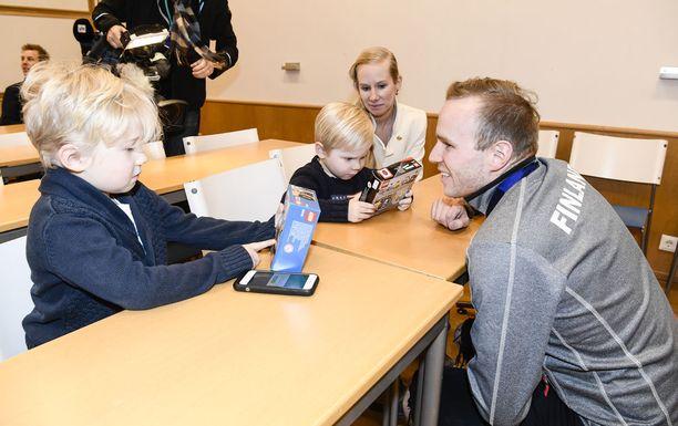 Mika Poutala toi lapsilleen Elielille (vas.) ja Manuelille tuliaisiksi Legoja. Kuvassa myös Mikan vaimo Sanni Poutala.