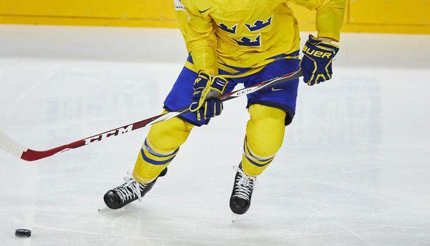 Ruotsalaismediassa on kerrottu pelaajasta vain, että kyseessä on huipputason kiekkoilija, joka on pelannut myös Tre Kronorissa.
