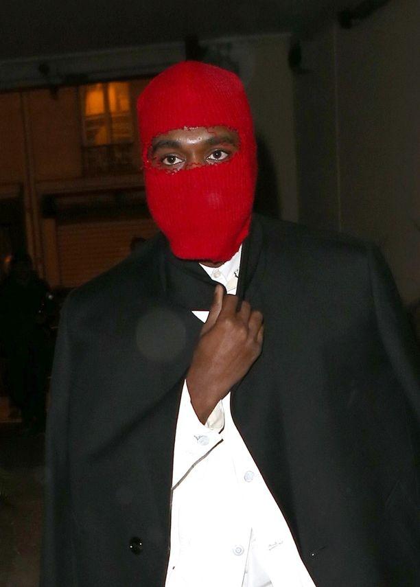 Kanye West yritti peitellä kasvojaan punaisella maskilla.