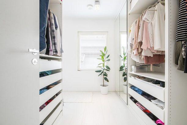 Vaatehuoneessa on hyvä olla sekä säilytyslaatikoita että rekit helposti rypistyville ja päivittäisessä käytössä oleville vaatteille.
