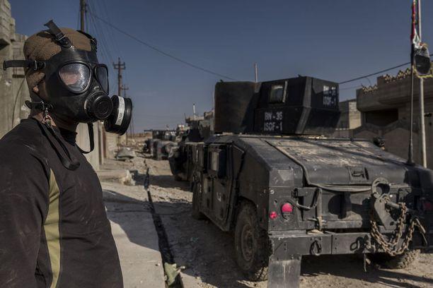 Irakilaissotilas käytti kaasunaamaria Mosulissa helmikuun lopulla.