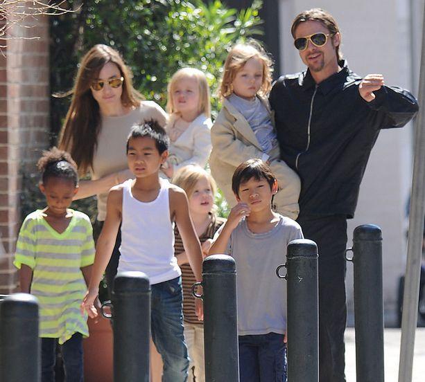 Angelina Jolien ja Brad Pittin lapset Zahara (7), Maddox (11), Shiloh (6), Pax (8) sekä sylissä olevat kaksoset Vivienne ja knox (4) saadaan harvoin samaan kuvaan.