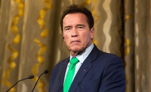 Arnold Schwarzenegger muistutti, miten ihmisiä on ennenkin johdettu harhaan.