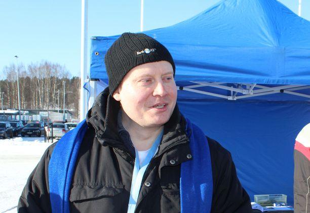 Teemu Torssonen on erotettu perussuomalaisista. Kuvassa Torssonen kampanjoimassa Jyväskylässä maaliskuussa 2017.