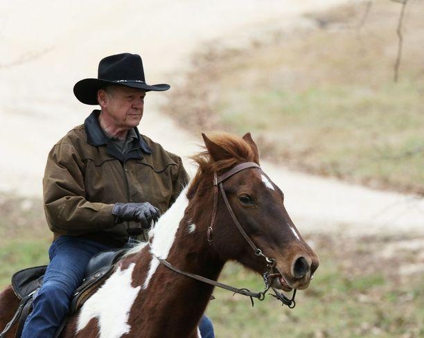 Roy Moore saapui tiistaina äänestyspaikalle hevosella. Poliittiselle uralleen 70-vuotias ex-tuomari voi heittää hyvästit.