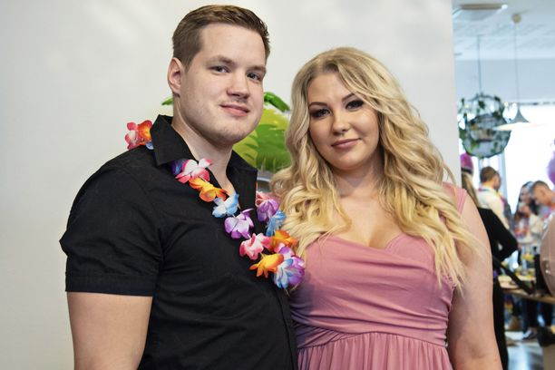Juusoa ja Vilmaa saapuvat saarelle kesken kauden.