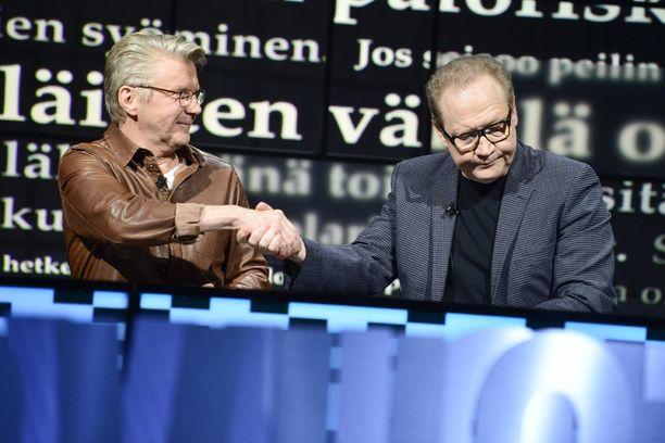 Kirjailija Jari Tervo oli Uutisvuodon nauhoituksissa tavallista hiljaisempi ja kalpeampi. Vierellä näyttelijä Pirkka-Pekka Petelius.