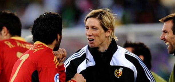 Fernando Torres onnitteli kahden maalintekijää Daniel Guizaa voittoisan ottelun jälkeen. Guiza vaihdettiin kentälle juuri Torresin tilalle.