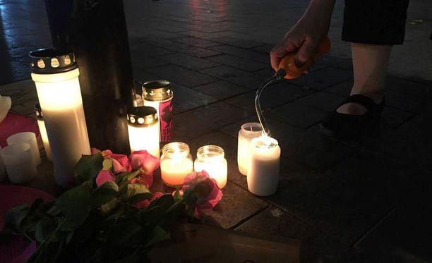 Rautatieaseman edustalle tuotiin viikonlopun aikana kynttilöitä ja kukkia 28-vuotiaan uhrin muistoksi.