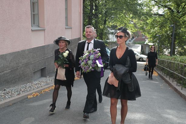Myös Jari Sillanpää saapui kirkkoon.