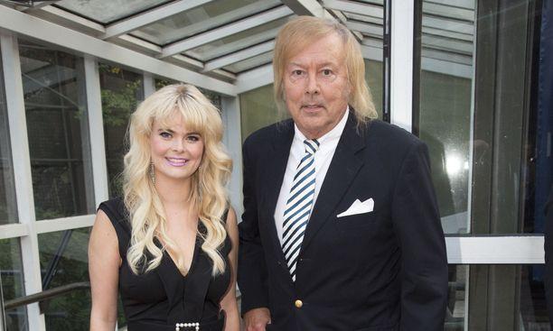 Erika Vikman ja Danny ikuistettuna Mika Häkkisen syntymäpäivillä.