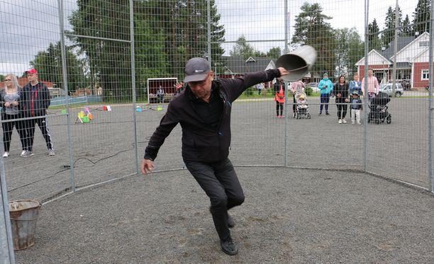 Kunnallisneuvos Pertti Keränen näyttää mallia ämpärinheittoon.