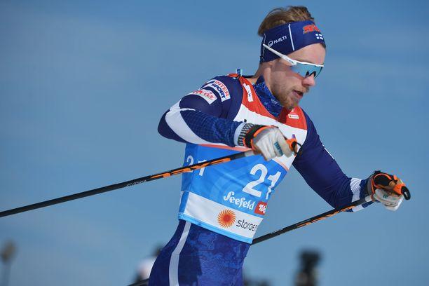 Joni Mäki joutui torstaina Alpeilla sivakoimaan erävaiheen lainasuksilla.